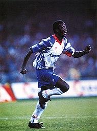 Napoli, stadio San Paolo, 21 ottobre 1992. L'attaccante liberiano George Weah esulta dopo uno dei suoi due gol che decisero la sfida tra e (0-2) valevole per l'andata dei sedicesimi di finale della Coppa UEFA 1992–1993.