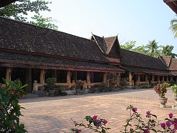 English: Photograph of the courtyard at Wat Si...