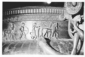 Vix Grave - Vix krater: Frieze of hoplites and four-horse chariots on the rim