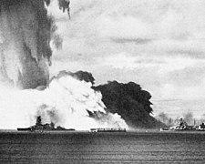 Schiffe, die sich gegen eine sich nähernde Nebelwolke aus fallendem Wasser im Hintergrund abheben.