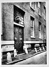de poort van het weeshuis in de handboogstraat, rechter zijgevel - amsterdam - 20014524 - rce