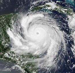 Una vista del huracán Dean como un huracán de categoría 5 el 20 de agosto de 2007. La tormenta tenía un ojo claro y bien desarrollado, características de bandas consecutivas e intensa convección.