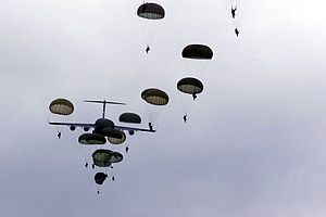 80th Air Assault Brigade (Ukraine) - Troops of the 80th Airmobile Regiment parachute from a C-17 during Exercise Peaceshield 2000
