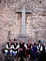 Descansando bajo la cruz (42788904).jpg