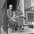 Dhr. en mevrouw Cave aanstaande dinsdag 50 jaar getrouwd Bruidspaar in deuropeni, Bestanddeelnr 920-4997.jpg