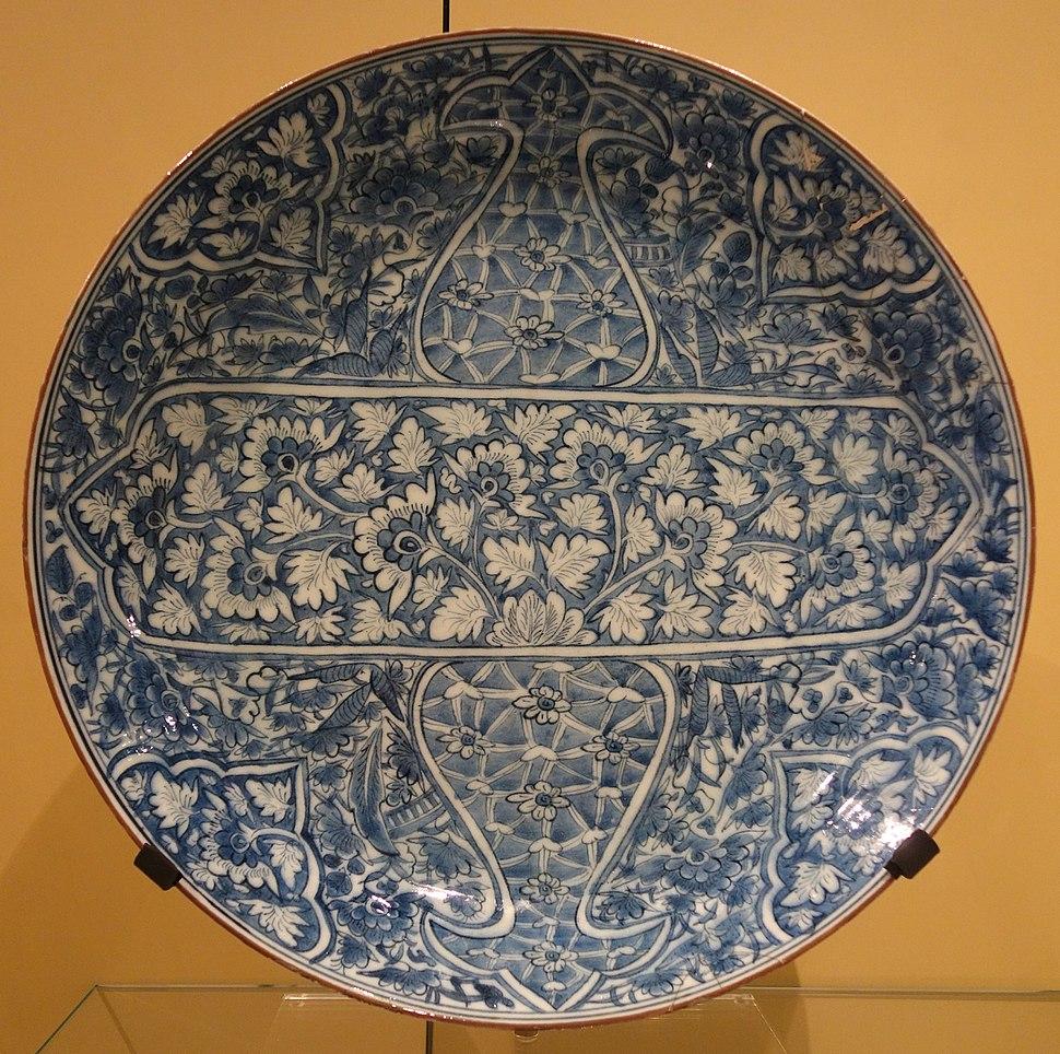 Dish imitating the Kangxi style, Iran, Mashad, late 17th century, underglaze-painted stonepaste - Royal Ontario Museum - DSC04693