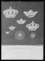Dräktornament på scharlakansröd sammet, stjärna broderad med paljetter och kantiljer - Livrustkammaren - 78906.tif