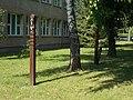 Eötvös utcai iskola, kopjafák, 2019 Ajka.jpg