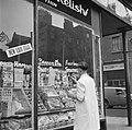 Een winkelier schildert teksten op de winkelruit, Bestanddeelnr 191-0868.jpg