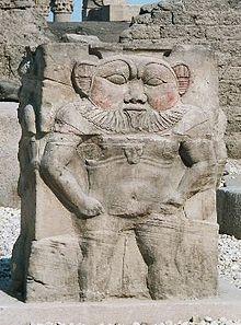 Il dio Bes tra le rovine di Dendera - Egitto.
