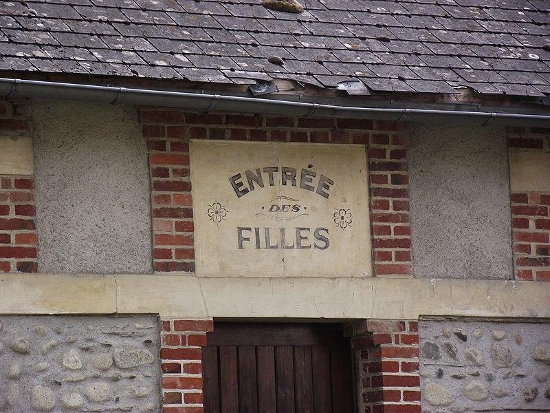 File:Entrée des filles de l'école de Vielle-Adour (Hautes-Pyrénées, France).JPG