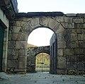 Entrada Castillo de Ribadavia con escudo dos Sarmiento.jpg