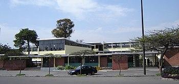 Vista frontal del edifico de la facultad.