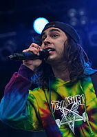 File-13-06-08 RaR Pierce the Veil Vic Fuentes 09.jpg