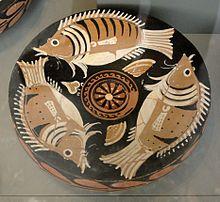 Piatto greco con pesci, probabilmente atto a contenere portate di mare (Altes Museum, Berlino). Provenienza: Magna Grecia.