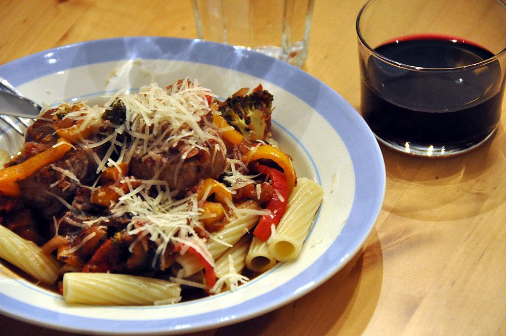 Flickr - cyclonebill - Pasta med svinemørbrad og grøntsager i rødvinssauce