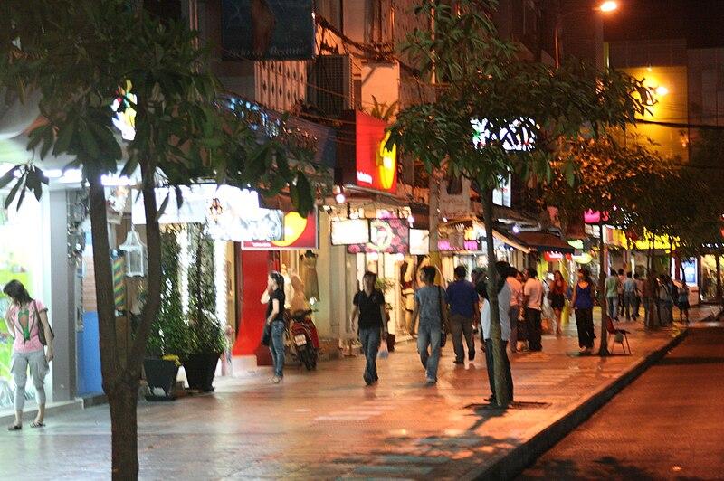 File:Footpath in Siam Square.JPG