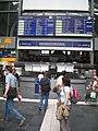 Frankfurt Hbf ServicePoint Abfahrtstafel 0283.jpg