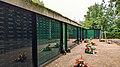 Gedenktaffel für die 1360 toten im Sammelgrab in Altglienicke.jpg