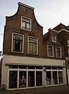 foto van Huis bestaande uit twee tuitgevels met geprofileerde lijst-afdekkingen
