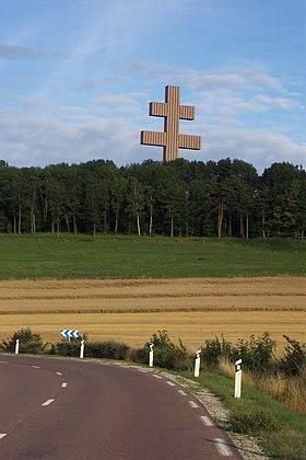 Le mémorial Charles de Gaulle est situé au pied de l'imposante croix de Lorraine édifiée en 1972.
