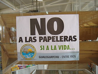 Uruguay River pulp mill dispute - A sign against the paper mills in a shop in Gualeguaychú.