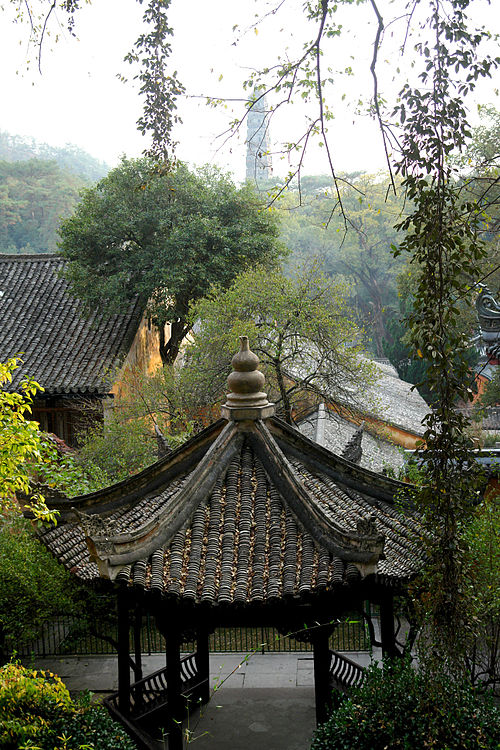 The Guoqing Temple on Tiantai Mountain, originally built in 598 during the Sui dynasty and renovated during the reign of the Qing Yongzheng Emperor (r. 1722-35). Guoqingsi001r.jpg