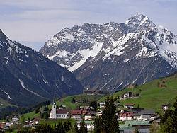 Hirschegg Kleinwalsertal Blick auf Ortsmitte.jpg