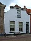 foto van Huis met gepleisterde lijstgevel met ingezwenkte zijkanten