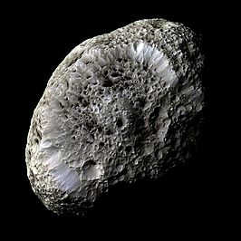 Hyperion in valse kleuren, gefotografeerd door Cassini 26 september 2005 (NASA)
