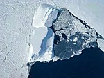 Iceberg and sea ice (26376300388).jpg
