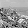 Jaffa. Gezicht vanaf een terras op een stadswijk direct aan zee met een moskee m, Bestanddeelnr 255-2967.jpg