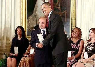 Independent Movement of Absolute Renovation - Jorge Muñoz receiving the Presidential Citizens Medal from Barack Obama.