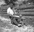 "Kavs Anton, Soča 115, pri Mergeciči, obrezuje doge za štare na ""stolu"" 1952.jpg"