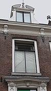 foto van Patriciershuis ter breedte van vijf vensterassen onder schilddak met dakvenster. Kroonlijst met consoles Lod. XIV. Deurpartij met pilasters en Lod. XV-bladmotieven
