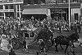 Koningin Juliana en prins Bernhard in de gouden koets onderweg, overzicht, Bestanddeelnr 924-9532.jpg