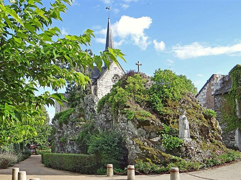 Béhuard est une petite cité de caractère construite entièrement sur une île de la Loire. Lors des fortes crues du fleuve, les habitants doivent s'y déplacer en barque. Ce site, particulièrement pittoresque est apprécié des touristes qui parcourent la Loire à vélo. Il est obligatoire de laisser sa voiture dans le parking à l'entrée du village avant de visiter l'île.  L'église dédiée à la Vierge a été construite au XVè siècle sur l'éperon rocheux qui est à l'origine de l'île car les sédiments se sont déposés autour de lui au fil des siècles.   L'église est devenue un sanctuaire par la volonté du roi Louis XI qui a fait des dons importants à cette église, aujourd'hui lieu de pèlerinage régional.   Article sur Béhuard (tourisme dans le val de Loire) www.angersloiretourisme.com/fr/decouvrir/lieux-de-visites...  Article de Wikipedia sur Béhuard fr.wikipedia.org/wiki/B%C3%A9huard