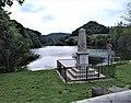 Lac et monument aux morts de Saint-Sixte.jpg
