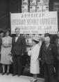Les Sharp devant wagon de lait, août 1940.png