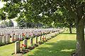 Lijssenthoek Milit. Cemetery. Rijen graven.JPG