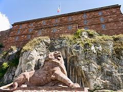 photographie montrant le Lion de Belfort au premier plan et la citadelle au second