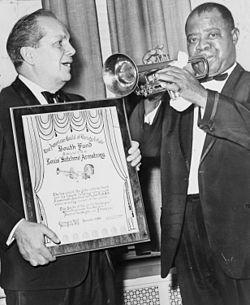 Armstrong recibiendo un premio de manos de Joey Adams en Carnegie Hall.