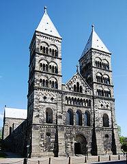 Stylizowana, romańska fasada katedry