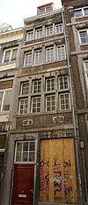 foto van Huis met smalle lijstgevel, voorzien van vensters in Naamse steen, horizontale reliefbanden en profiellijsten, gevelsteen 17 06.