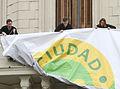 Mauricio Macri desplegó la bandera de Ciudad Verde en uno de los balcones del gobierno porteño (7552192246).jpg