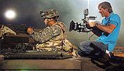 Reżyser Michael Bay w trakcie kręcenia scen do filmu