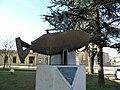 Monumento commemorativo sul piazzale del municipio (Isola Rizza) 01.JPG