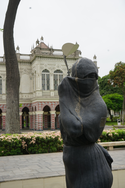 Archivo:More sculpture, but check that building.jpg - Wikipedia, la enciclopedia  libre
