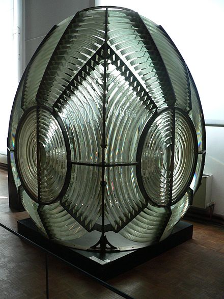 First-order rotating catadioptric Fresnel lens, dated 1870, displayed at the Musee national de la Marine , Paris. In this case the dioptric prisms (inside the bronze rings) and catadioptric prisms (outside) are arranged to give a purely flashing light with four flashes per rotation. The assembly stands 2.54 metres tall and weighs about 1.5 tonnes. MuseeMarine-phareFresnel-p1000466.jpg