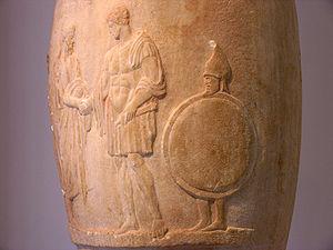 Lutróforo funerario, a la derecha un joven esclavo lleva el escudo y el casco de su amo, h.380-370a.C., Museo Arqueológico Nacional de Atenas.